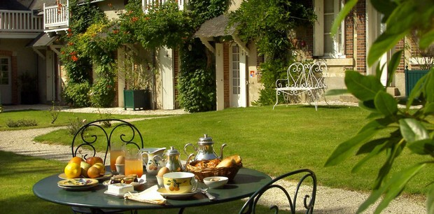 gite-charme-chateau-tortiniere-touraine-jardin-dejeuner