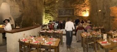 Les Cathédrales de la Saulaie, un restaurant troglodyte curieux et accueillant