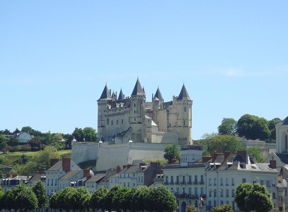 chateau-saumur-depuis-loire-phgcom-wikimedia- CC dompub