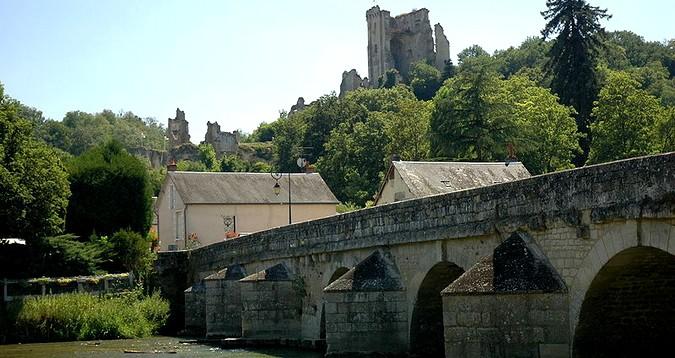 Lavardin, son château et son pont - © GIRAUD Patrick