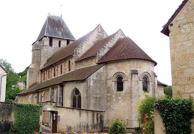 L'église de Lavardin prise des jardins de la mairie - © GNU Free Documentation License.