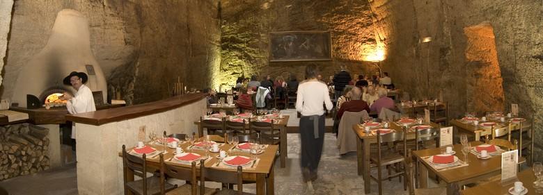 Salle-restauration-troglodyte-Cathédrale-de-la-Saulaie