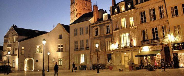 https://www.my-loire-valley.com/wp-content/uploads/2016/09/orleans-centre-ancien-place-republique-720x300.jpg