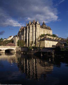Château de Châteaudun, ailes Longueville et Dunois vues depuis la rive opposée du Loir