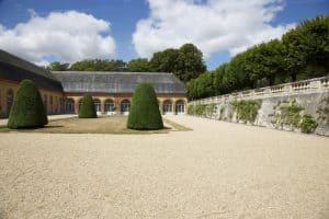 Château de Bouges, communs, cour avec son boulingrin