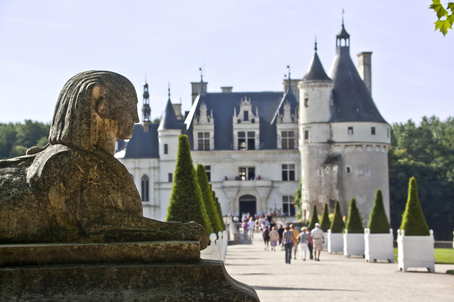 Chenonceau Chateau Entre StatueCmarc Jauneaud