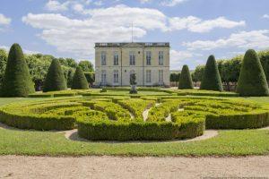 Château de Bouges, perspective sur la façade et le parterre nord