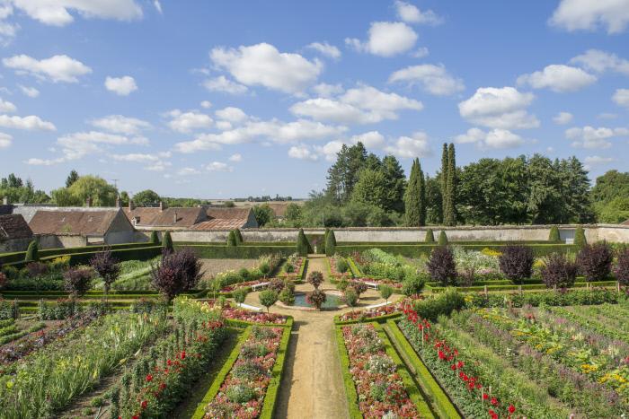 Château de Bouges, vue d'ensemble du jardin de fleurs