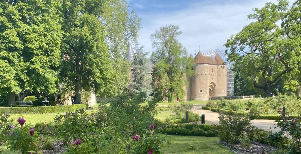 Château d'Ainay-le-Vieil vu de la roseraie