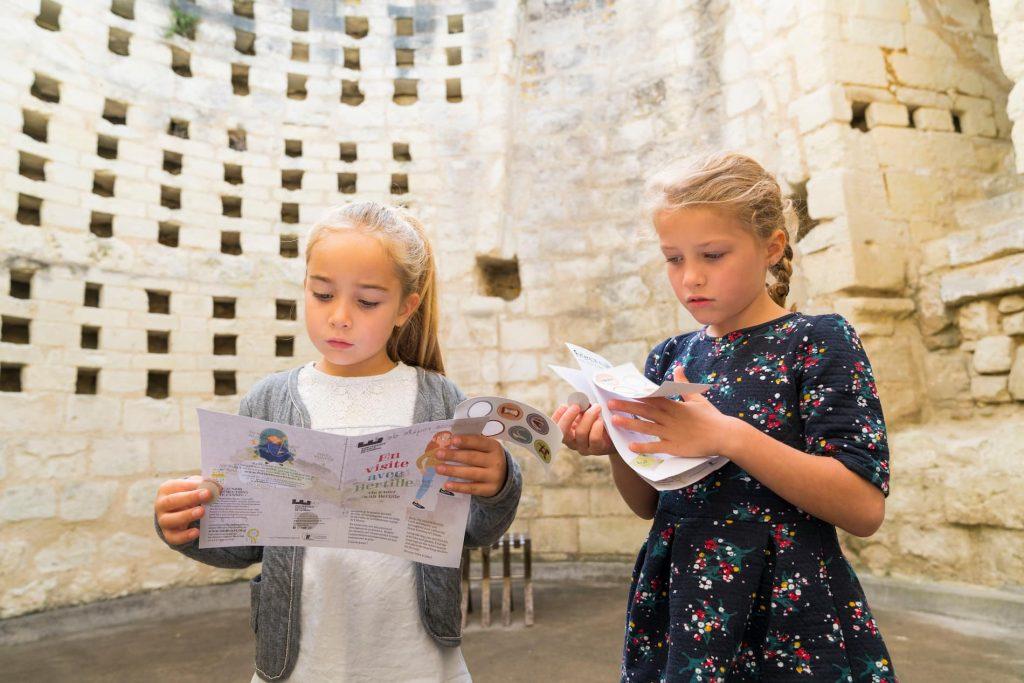 enfants à la forteresse de Chinon