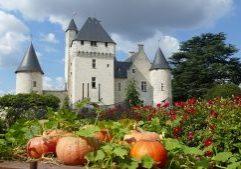 1920px-Vue_de_la_façade_du_château_du_Rivau_depuis_le_conservatoire_des_légumes