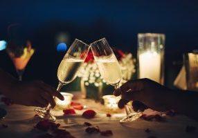 Couple dîner amoureux